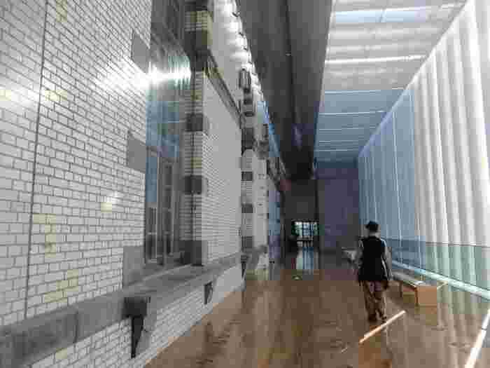 """人気観光スポット""""谷根千(谷中・根津・千駄木)""""と、上野観光のハイライトである東側のエリアに挟まれる当エリアは、注目度が低いですが、訪れる価値のある観光スポットや名所も数多くあります。  【「国立国会図書館国際子ども図書館」の、釉薬をかけた外壁が美しいの本館「レンガ棟」内部。】"""