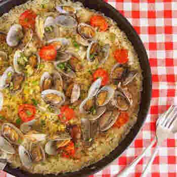 パエリアというと具材をたくさん乗せるイメージがありますが、あさりとミニトマトだけでも十分なボリュームに。炒めるのも炊くのもフライパン一つで間に合うから楽チンです。