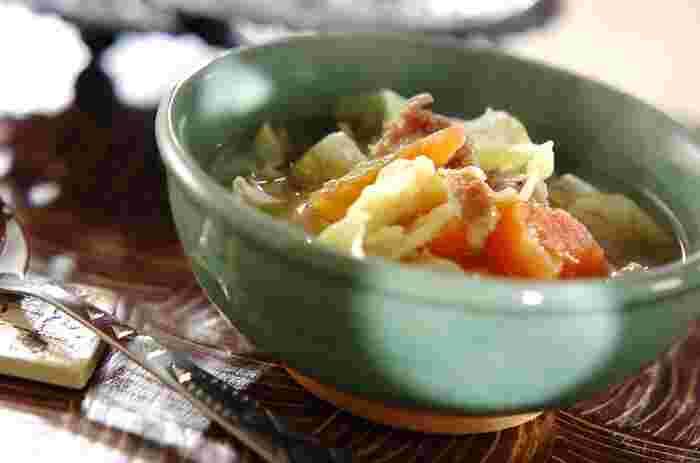 少しクセのあるナンプラーは、人によって好みが分かれる味です。風味付けにほんの少しだけ使いたいという時は、スープに使うのがオススメですよ。生のトマトを煮込んだスープは、程よい酸味がナンプラーとよく合います。具だくさんなので、おかず代わりにぴったりですね♪