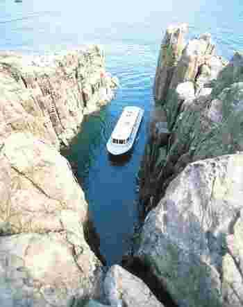 崖の上から景色を眺めた後は、遊覧船での観光がおすすめ。狭い入り江に入って、下からしか見られない独特な風景を楽しめますよ。