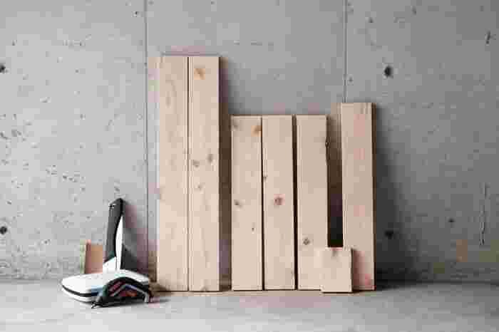 トイレットペーパーホルダーと一体型になった、トイレットシェルフをDIY。ホルダー用の棒以外は、1×4材という木材1本で作ります。木材はホームセンターでカットしてもらうといいでしょう。