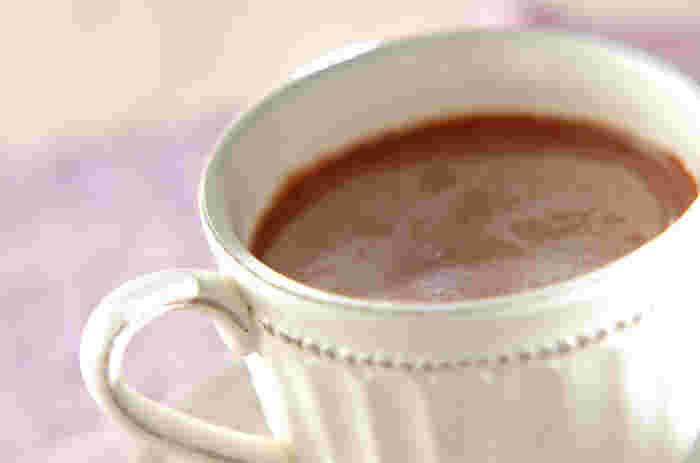 お鍋で丁寧に作るココアに栗の甘露煮を刻んで加えたドリンクです。チョコレートシロップをかけることでチョコの風味もアップ。仕上げにラム酒を加えると香りの良い大人のドリンクになります。