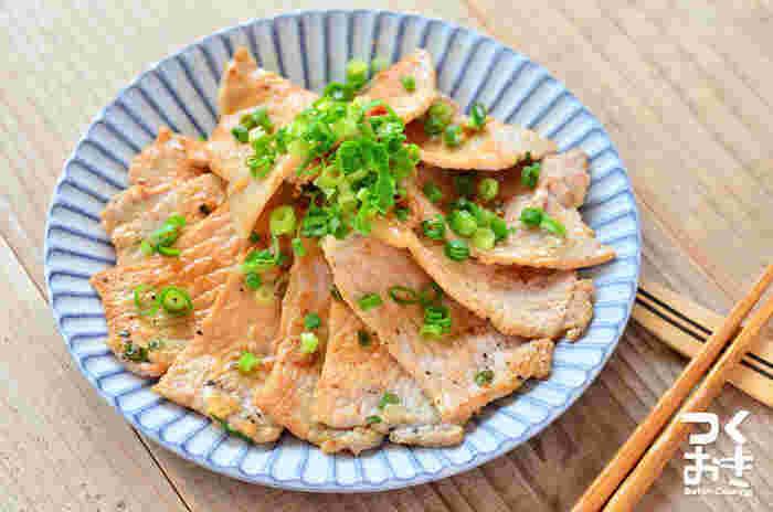 豚ロースにもフォークで数カ所穴を開けると、焼き縮みがなくなってタレが染み込みやすくなります。肉巻きや生姜焼きも、この下ごしらえで美味しさアップ。