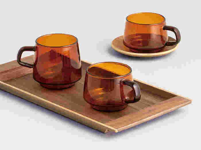 アンティークのマグカップのような、セピアカラーと透明感が特徴的なマグカップです。レトロなニュアンスを感じさせる四角型の持ち手は、指が滑りにくく持ちやすいようにとのこだわりから。穏やかなコーヒータイムにも、そっと寄り添ってくれるシンプルなデザインのアイテムです。