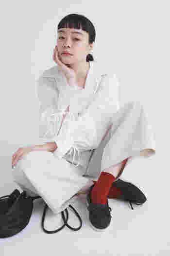 マットなブラックは合わせる靴下によって印象が変わります。クールなホワイトコーデに、赤い靴下でアクセントをプラス。ブラックの【タイディ】と小物でピリッとバランスを取ったワンランク上のおしゃれを楽しむことも。