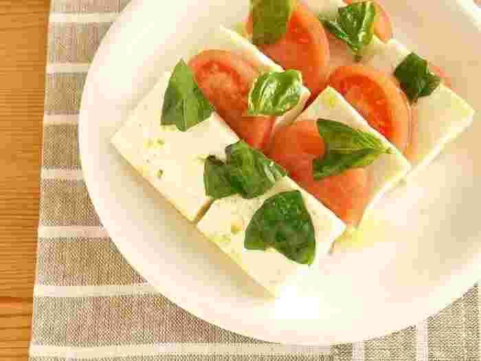 モッツァレラチーズの代用として、豆腐を使ったカプレーゼです♪木綿豆腐を使えば濃厚な口当たりに。さっと作れてヘルシーなおつまみです。