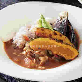 ルイボスティーを料理に取り入れるときには、水代わりに使うのが取り入れやすい方法です。スープや味噌汁、カレー、シチュー、煮物などに入れる水の代わりに置き換えたり、ご飯を炊いたりする方法も。アクの強い野菜をルイボスティーで茹でるとアク抜きにも活躍してくれるのだそう。