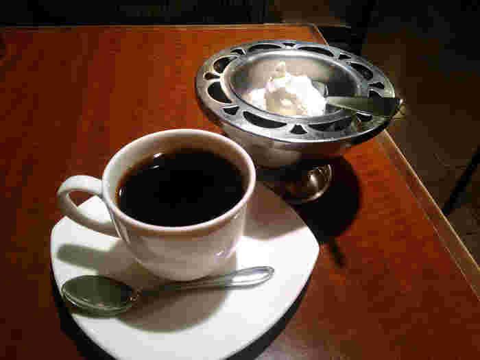 お店自慢のコーヒーには、クリームがついてきます。丁寧にじっくりと淹れられたコーヒーは格別です。コーヒーにクリームを浮かべて、ぜひ味わってみてください♪
