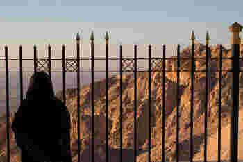 また、新石器時代から砂漠地帯に人々が定住したこと示す多くの遺跡が発見されています。アル・アインの、ハフィート、ヒリ、ビダ・ビント・サウドとオアシス地域は2011年にUAE初の世界遺産(文化遺産)に登録されました。