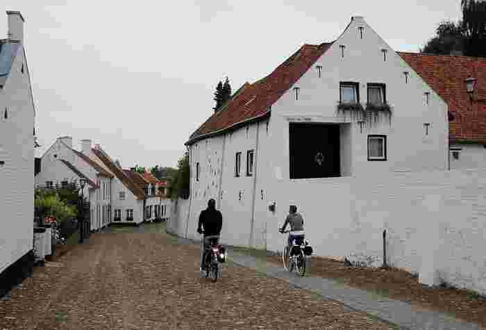 オランダ南部の小さな村・トールン。白塗りの壁や建物、教会が並ぶこの村は、その美しさから「白い村」と呼ばれ、毎年多くの観光客が訪れています。