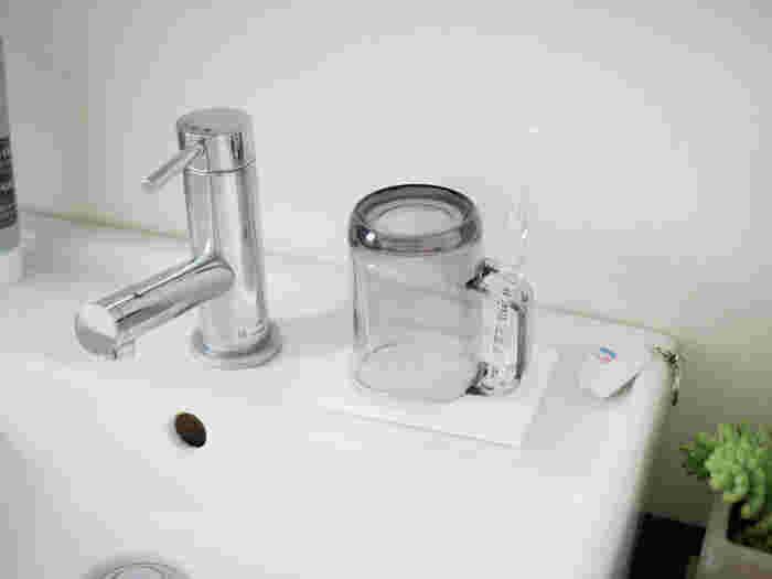 洗面所で使うコップの置き場には珪藻土トレーがおすすめです。水滴をサッと吸い取ってくれ、コップをすばやく乾かしてくれます。こちらの商品は、裏に足ゴムがついているので洗面台を傷つける心配もなく、乾きを速める効果も。