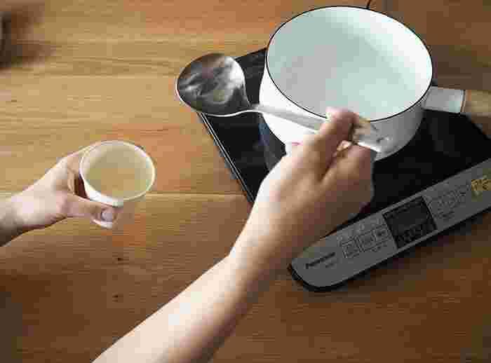 まずはワックスを完全に溶かしましょう。溶かす方法も様々で、大きな鍋でお湯を沸かし、深めの入れ物に入れたキャンドルワックスを、湯煎で溶かす。また、このように、鍋に直接入れて溶かす。また、レンジでチンしてうまく溶かせるタイプのものもありますよ。ワックスによって最適な方法や、溶ける温度が異なるので、必ず事前に確認してから始めましょう。  こちらの画像は、パラフィンワックスを直接鍋にいれて、IHコンロで溶かした手順のもの。IHコンロは温度管理がしやすくていいですね。