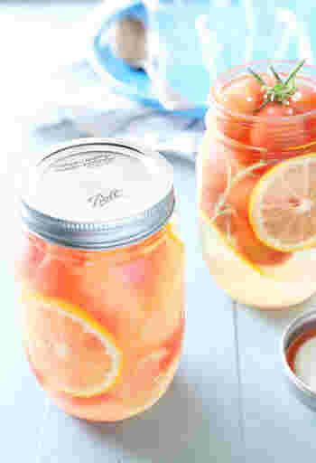 お砂糖と水を溶かしたシロップにカットした果物を漬けるという自家製シロップの作り方もあります。鮮やかな色をそのままに漬けることができます。