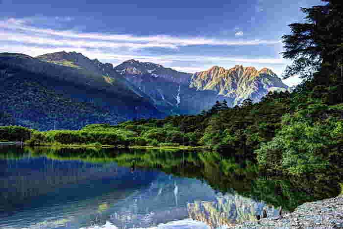 標高約1,500メートルのその全域が長野県松本市に属しており、緑の間を流れる清らかな梓川やそこに架かる河童橋、大正池や明神池といった、自然いっぱいの美しい光景が展開され見どころいっぱいです。