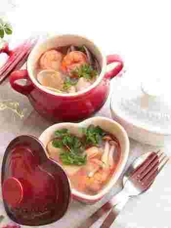 豆板醤は中華料理だけではありません。ピリッと辛く酸味も美味しいトムヤムクンも自宅で作れちゃいます!エビやアサリの出汁と相まって体も温まります!春雨を入れてヌードル仕立てにしても美味しそう♪