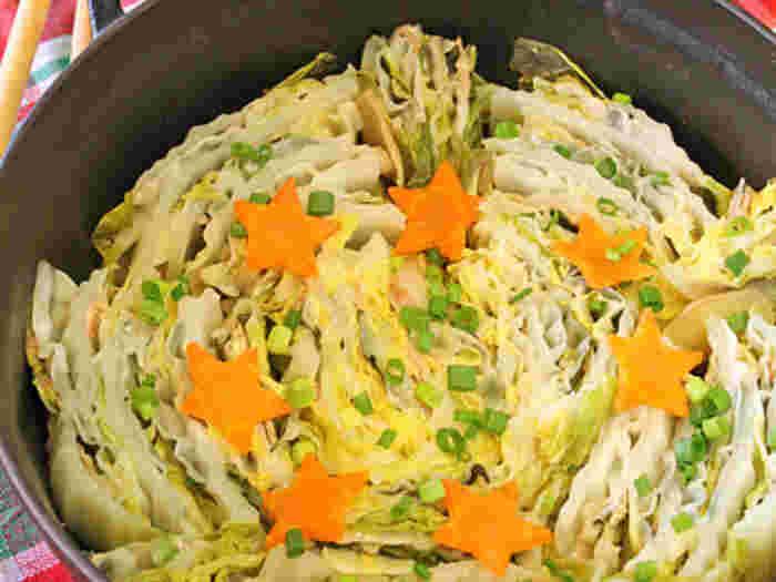 白菜のカットした断面をいかせる「ミルフィーユ鍋」。難しそうに考えがちなミルフィーユ鍋ですが、食材を見た目よく重ねて、出汁などを加えたら、弱火にかけるだけでできちゃいます♪ぜひ、お試しください。