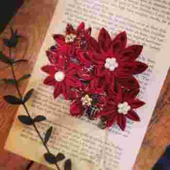 本来、つまみ細工は絹の布を用いますが、土田さんの作品はリネンやコットンも取り入れていて、カジュアルシーンに似合うアクセサリーもたくさんあるのが魅力です。