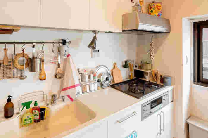 コンロ脇のわずかなスペースに、小さなラックをおいて収納力をアップ。 砂糖などの調味料入れも2段式を使用して、上の段にこまごまとしたモノをしまっています。 カッティングボードや鍋敷きなど、デザイン性のあるツールが散りばめられたおしゃれなキッチンです。