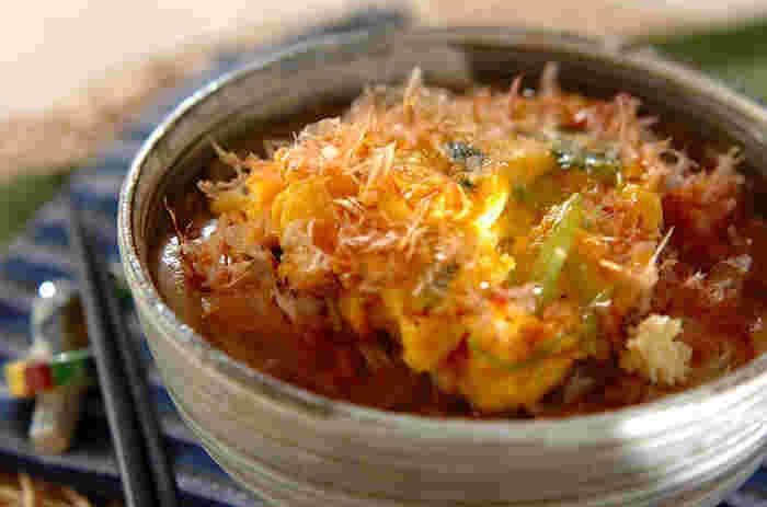 ミツバの卵焼きを、くずしながらいただくボリュームたっぷりのにゅうめん。卵はごま油で焼くのがポイントです。