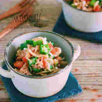 栄養価の高い切り干し大根は、煮物に使うことが多いですが、なかなか使い切れないという声も耳にします。  そんな時はサラダにするのがおすすめです。塩ゆでのオクラとトマト、油を切ったツナ缶と一緒に合えればさっぱりした1品の完成です。暑い日でもぱくぱく食べられるヘルシーメニューはいかがですか?