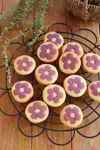 ティータイムのおもてなし焼き菓子にピッタリの、かわいらしいフラワークッキー。こちらのレシピの嬉しいポイントは、花の部分の生地に使っている紫芋パウダーを、抹茶やカボチャパウダーなどに変更して花の色をアレンジできること。何種類か作ってテーブルにカラフルなお花畑を演出するのも素敵です。