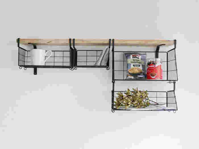 同じバスケットを連結できるのでインテリアとして統一感が出せます。4つのサイズ展開から、洗面台や収納棚の幅・高さに合わせて選べるのもポイントです。  工具を使わず、フックを穴に通すだけで棚のように収納スペースを増やせます。
