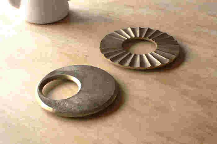 全国の銅器生産の95%を占める、富山県高岡市にて明治30年より鋳物業を営んでいる、株式会社二上が、大治将典氏をデザイナーに迎え、2009年に立ち上げた真鍮製の生活用品のブランド「FUTAGAMI(フタガミ)」。