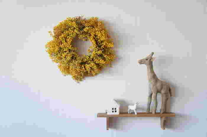 お花だけをぎゅっと集めて、キュートなリースに仕上げました。落ち着きのあるちょっぴりくすんだドライミモザの黄色はナチュラルテイストのお部屋によく似合います。