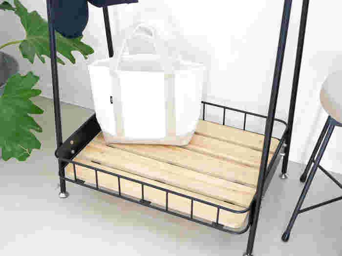 収納ラックのパイン材がお部屋に温かみをプラス。床に直置きしたくないバッグなどの収納に便利ですし、掃除機もかけやすく機能的です。