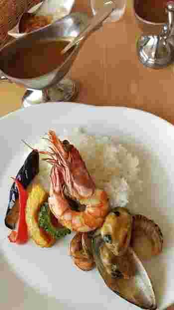 コースもおすすめですが、1番人気は「贅沢シーフードカレー」。大きな魚介と新鮮なお野菜がたっぷり入った名物です。さらりとしたルーとほど良い辛みが上品な味わい。