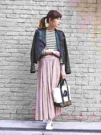 春にはピンクの柔らかなロングスカートで、女性らしさもプラス。黒のライダースジャケットを羽織れば、全体がきりりと引き締まったコーディネートになります。