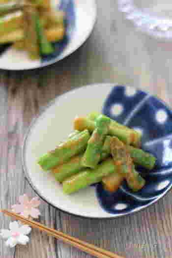 こちらも茹でたアスパラに辛味噌を和えただけの、超簡単レシピです。  辛味噌に豆板醤を使っているところが特徴です。