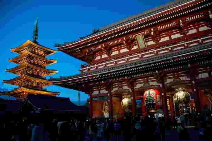 雷門から浅草寺までの約100m土産物屋が続く仲見世と、その先にある浅草寺や「浅草花やしき」など、見どころも多く、外国人だけでなく日本人にも人気があり、平日でも朝から夜まで常に賑わっています。そんな多くの人が集まる人気観光スポットには、美味しい飲食店やお土産屋さんもいっぱい。