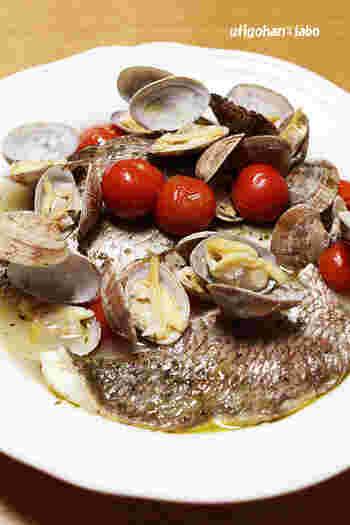 イタリア料理で大人気のアクアパッツァも、圧力鍋を使えば時短で手軽に作れちゃいます。こちらは鯛とあさりがとっても美味しい一皿。ハーブとトマトも加えて、本格的なイタリアンの味を堪能しましょう♪