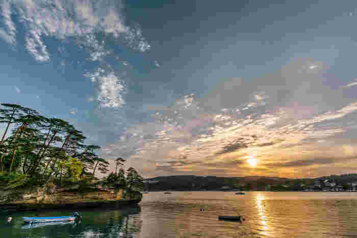 松島と言えば、いくつもある島々をゆったりと眺めながら廻る遊覧船の旅。松島海岸駅から歩くとすぐ遊覧船乗り場を見つけることができますよ。当日でもすぐ乗船可能なコースもあり、およそ1時間の船旅をグリーン席で満喫できるものや、塩釜へ渡れるものも。また、期間限定で花火を海から鑑賞できたり、ナイトクルーズを楽しめるプランなど様々あるので、ぜひHPをチェックしてみて。