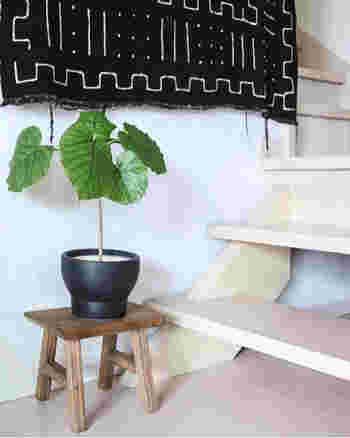 階段横などのコンパクトなスペースにもスツール&植木鉢はよく似合います。ちょっとしたグリーンがあるだけでも、その場の空気感が和らぎます。