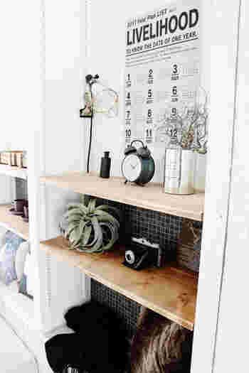 モノトーンのカレンダーを飾ると、空間が引き締まりオシャレに見えます。 雰囲気のある英字プリントは、アンティーク風の雑貨にもなじみ、グリーンとの相性も抜群。