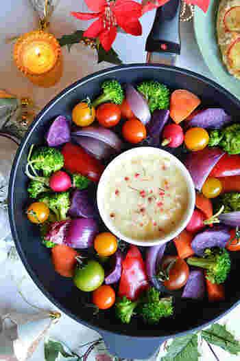 チーズとバーニャカウダーを組み合わせたソースで味わい深く…。普段はなかなか食べないようなお野菜をチョイスして、食卓をカラフルに!パーティー感を演出してみてはいかがでしょう。