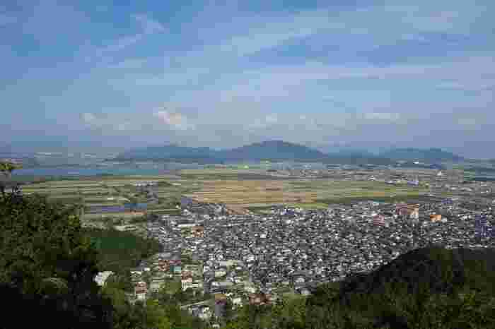 八幡山頂からの眺望の素晴らしさは格別です。山麓に集中する城下町、遠くに見える西の湖が融和した景色は絶景そのものです。