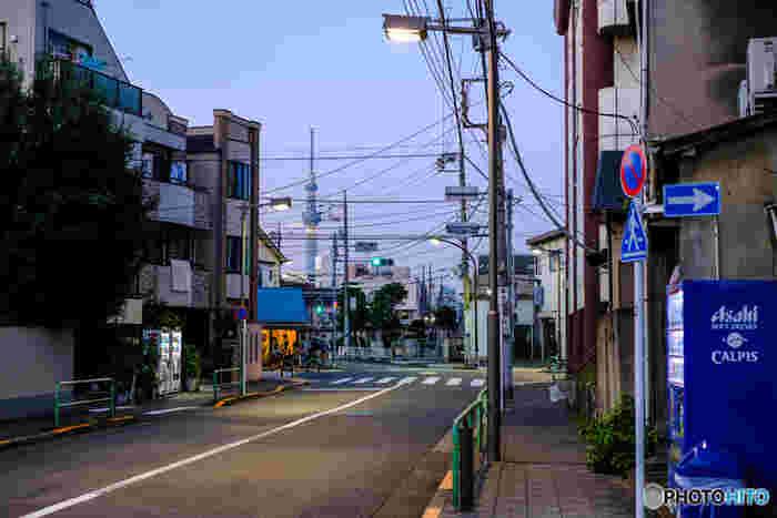 道幅も広く、どこかのんびりした雰囲気の町並みといった印象です。生活に必要なスーパーや薬局も駅の近くにあるので安心。一人暮らしや共働きなどで遠くのスーパーまで行く時間がなくても大丈夫ですね。