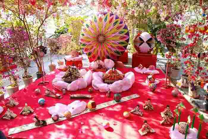 平成30年は、2/11~4/3まで「柳川雛祭りさげもん祭り」が開催されます。ひな飾りやさげもんが飾られ、街が華やかに彩られます。「ときめきひな灯りと巨大さげもん」や「恵美須ひな小路」などのイベントも楽しめますよ♪