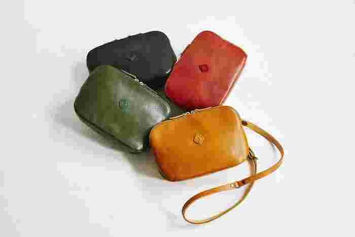 ころんとしたフォルムがかわいいショルダーバッグ。 「お財布ショルダー」には見えないシンプルな外見ですが、中にはたくさんのポケットや仕切りがあります。