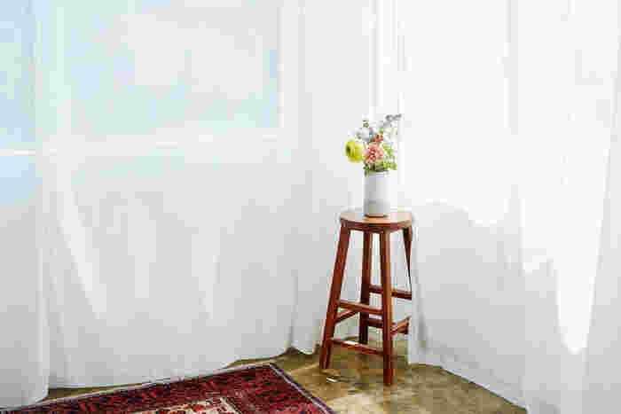 ラナンキュラスと、バラ「ラロック」、スカビオサ「ナナスノー」。春らしくカラフルにまとめた花を部屋のコーナーに。遠くにあっても、程よく存在感を醸します。