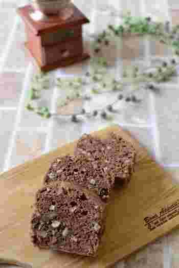 ココアとごぼうの香りが意外にも調和する、食物繊維豊富な蒸しパウンドケーキ。牛乳の代わりにヨーグルトをたっぷり使用し、よりヘルシーに仕上げています。