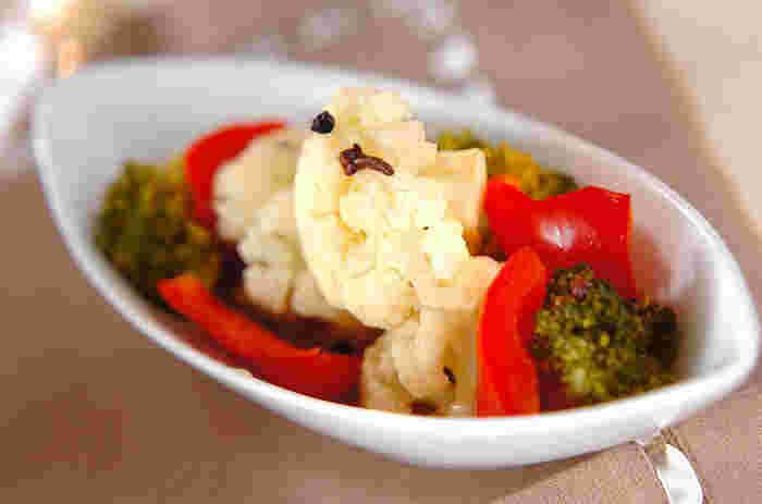 冬野菜のカリフラワーをはじめ、彩りきれいな野菜がつまったピクルス。ついつい手が伸びてしまう1品です。