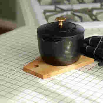 厚みのある木製のカッティングボードなら、鍋敷きとして活用することもできちゃいます。キッチンにあまり物を置きたくないというシンプル思考な方にも、一つで二役をこなす木製カッティングボードはおすすめです。