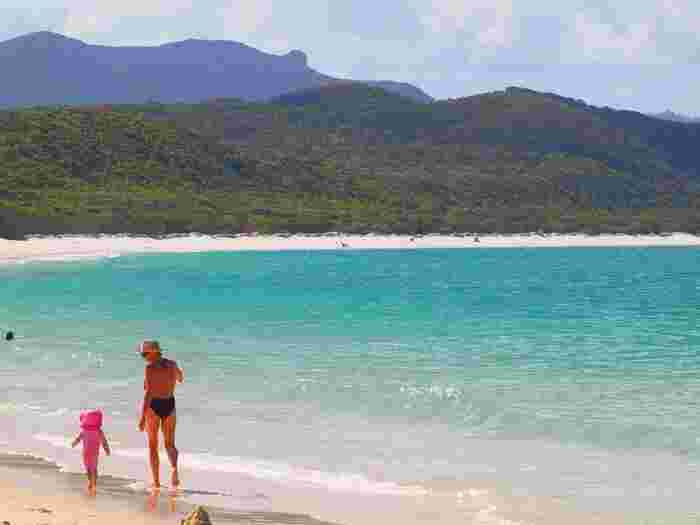 ちょっと遠くなら、オーストラリアもいいですね。時差も少なく、体がラク。治安もよく、熱帯雨林からグレートバリアリーフまで観光の幅が広いのが魅力。コアラをだっこできるのも動物好き母娘にはおすすめポイントです。写真は、世界遺産のホワイトヘブンビーチ。