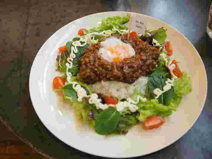 こちらは、タコライスみたいなtuBUtuBUキーマカレー。タコライスもカレーも好きだから一緒にしよう!と生まれたオリジナルメニューです。ひよこ豆と野菜がたっぷりのスパイシー&ヘルシーな一皿です。