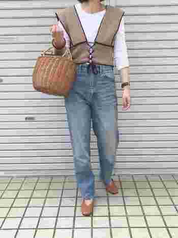 最初のポイントは、果物や野菜を入れるかご?とも思えるような、かっちり目のかごバッグを選ぶこと。細すぎない、ちょっぴり色落ちしたデニム&Tシャツで、一気にジェーン・バーキンコーデに。