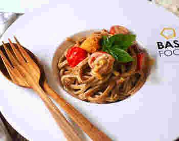ウニを使った、贅沢なトマトクリームパスタ。白だしや昆布茶など、和風の調味料を入れることで、いつもとは違った上品な味になっています。全粒粉のパスタを選ぶと香ばしく。美味しくて調理時間は短くできる、贅沢パスタです。